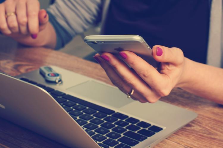 Conecta tu móvil a la red de datos de tu operador.   Unsplash