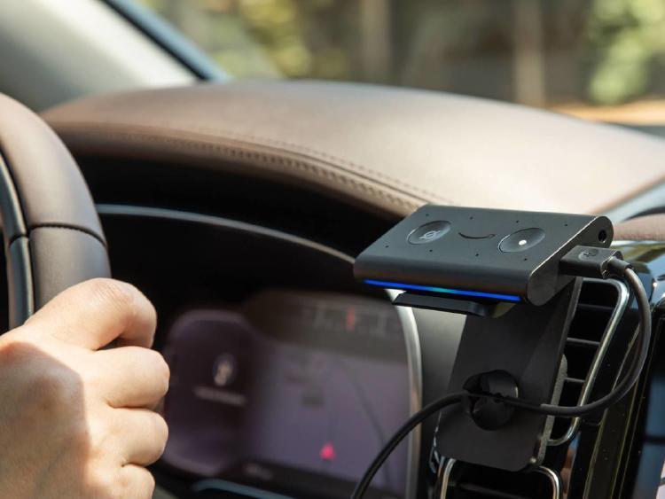 Amazon Echo Auto en el interior de un vehículo.