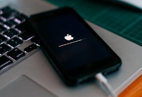 iPhone reinstalando su sistema operativo.