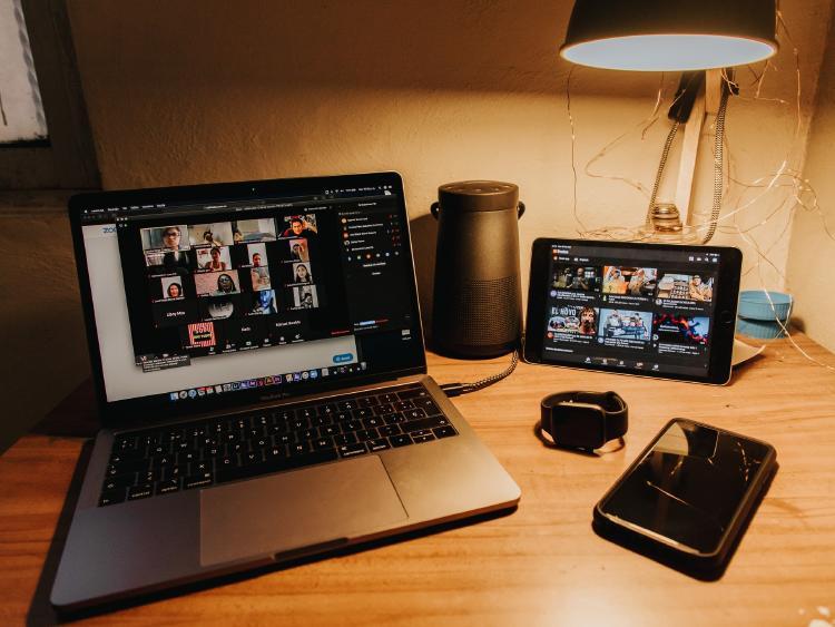Videollamadas, internet y dispositivos móviles durante la pandemia.