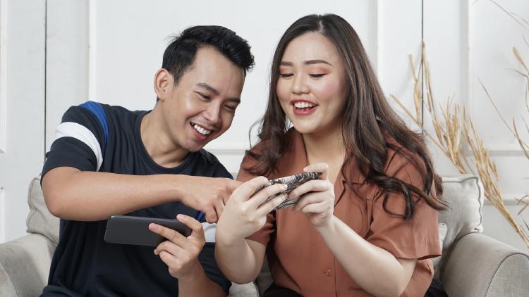 Disfruta jugando con el móvil con tu pareja.