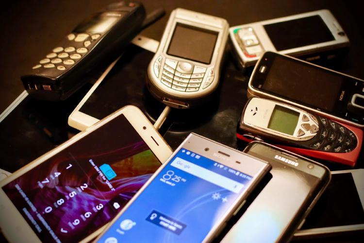 Smartphones y viejos móviles Nokia.