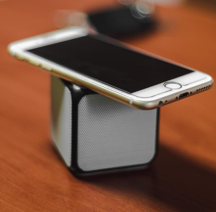 Altavoz inalámbrico con un iPhone.