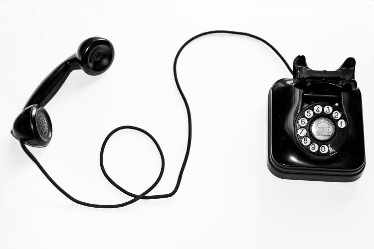 Viejo teléfono con rueda para marcar.