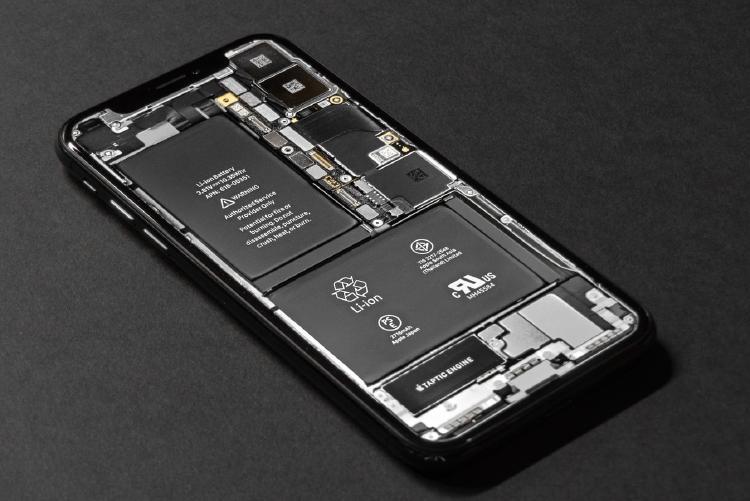 Interior y batería de un smartphone.