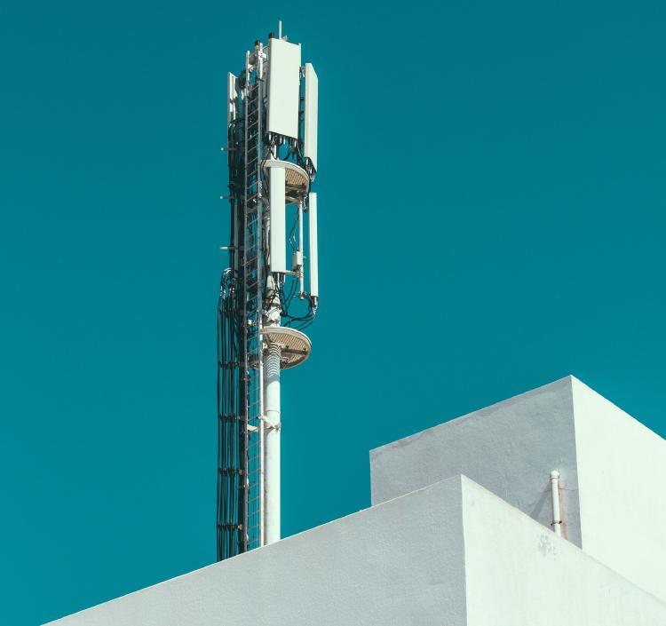Antena de telefonía móvil en la azotea de un edificio.