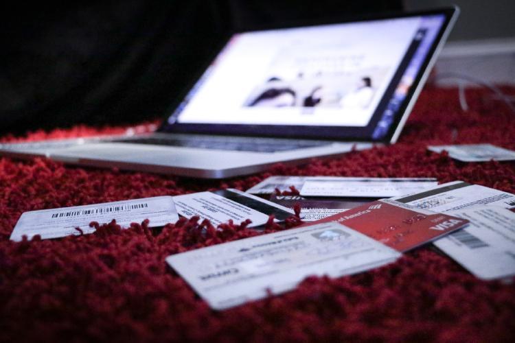 Tarjetas bancarias y compras online.