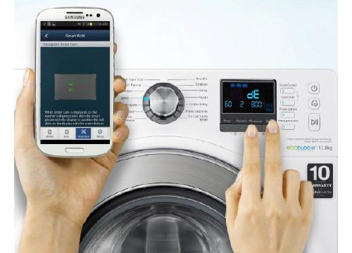 Lavadora inteligente conectada a un móvil Samsung.