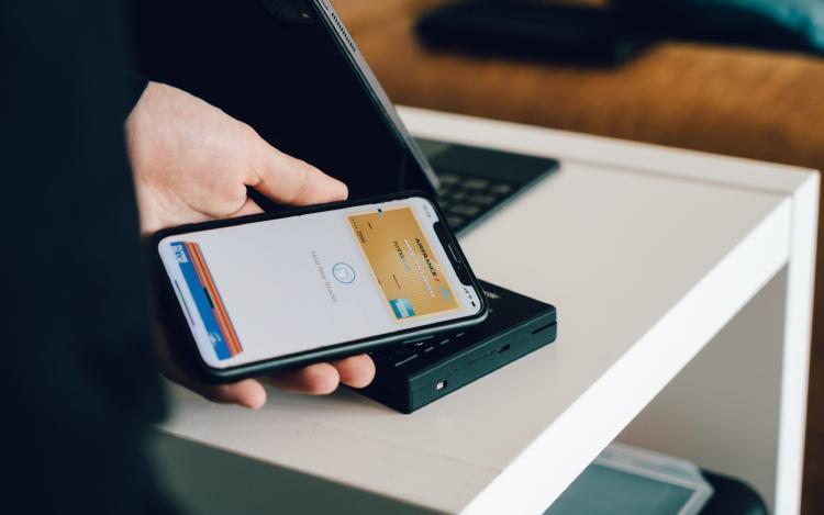 Usuario pagando con su Wallet digital.