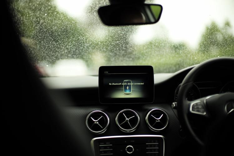 Conexión inalámbrica entre un móvil y el coche.